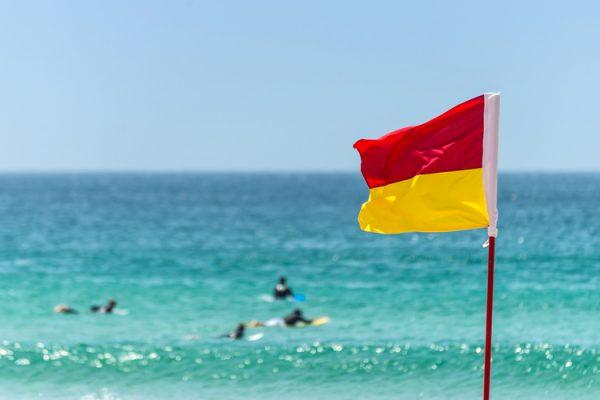 https://www.safecommunitiesportugal.com/wp-content/uploads/2021/03/beachflags.j-Red-yellow-600x400-1.jpg